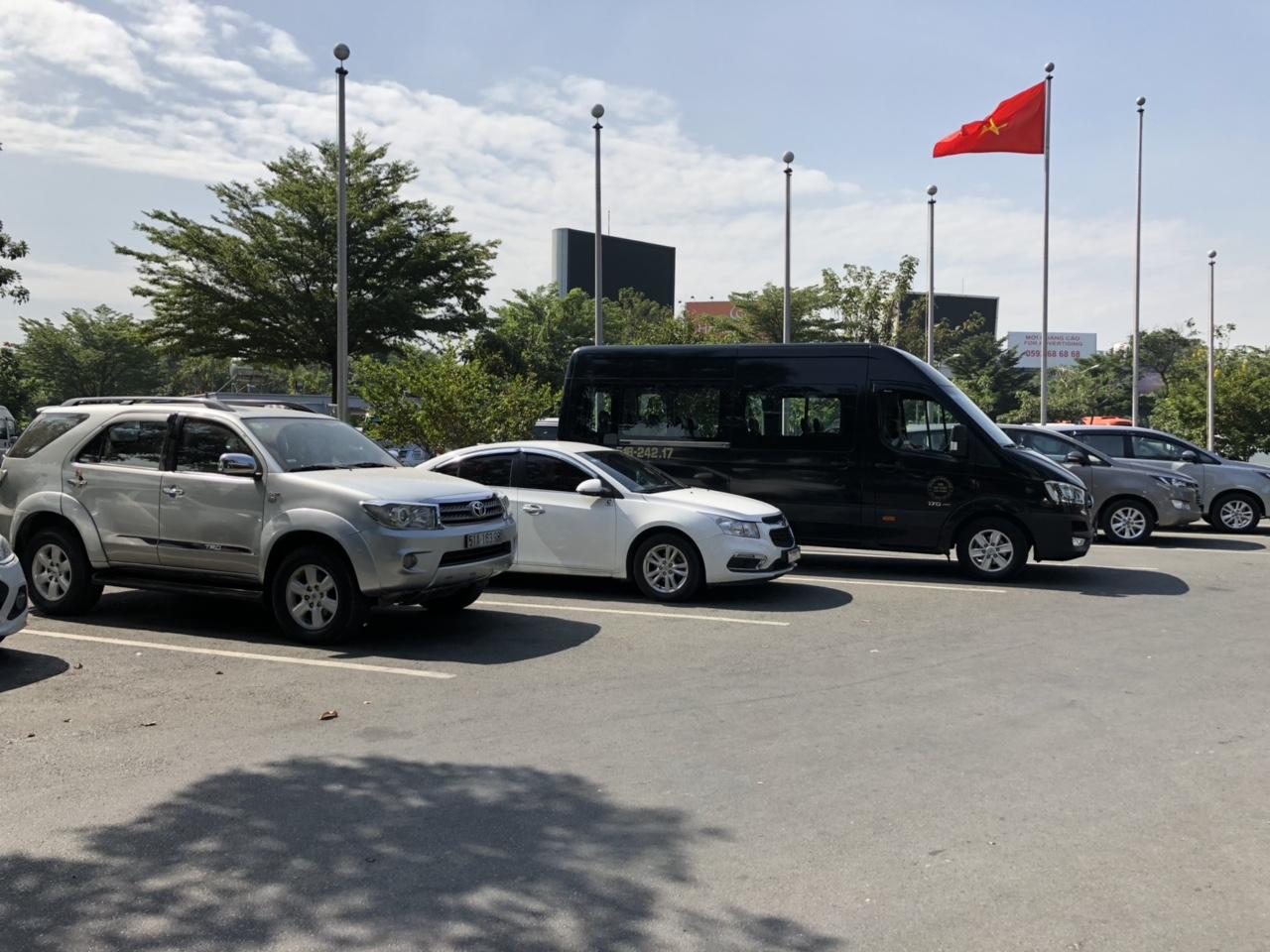 Hyundai Solati đón sân bay Tân Sơn Nhất