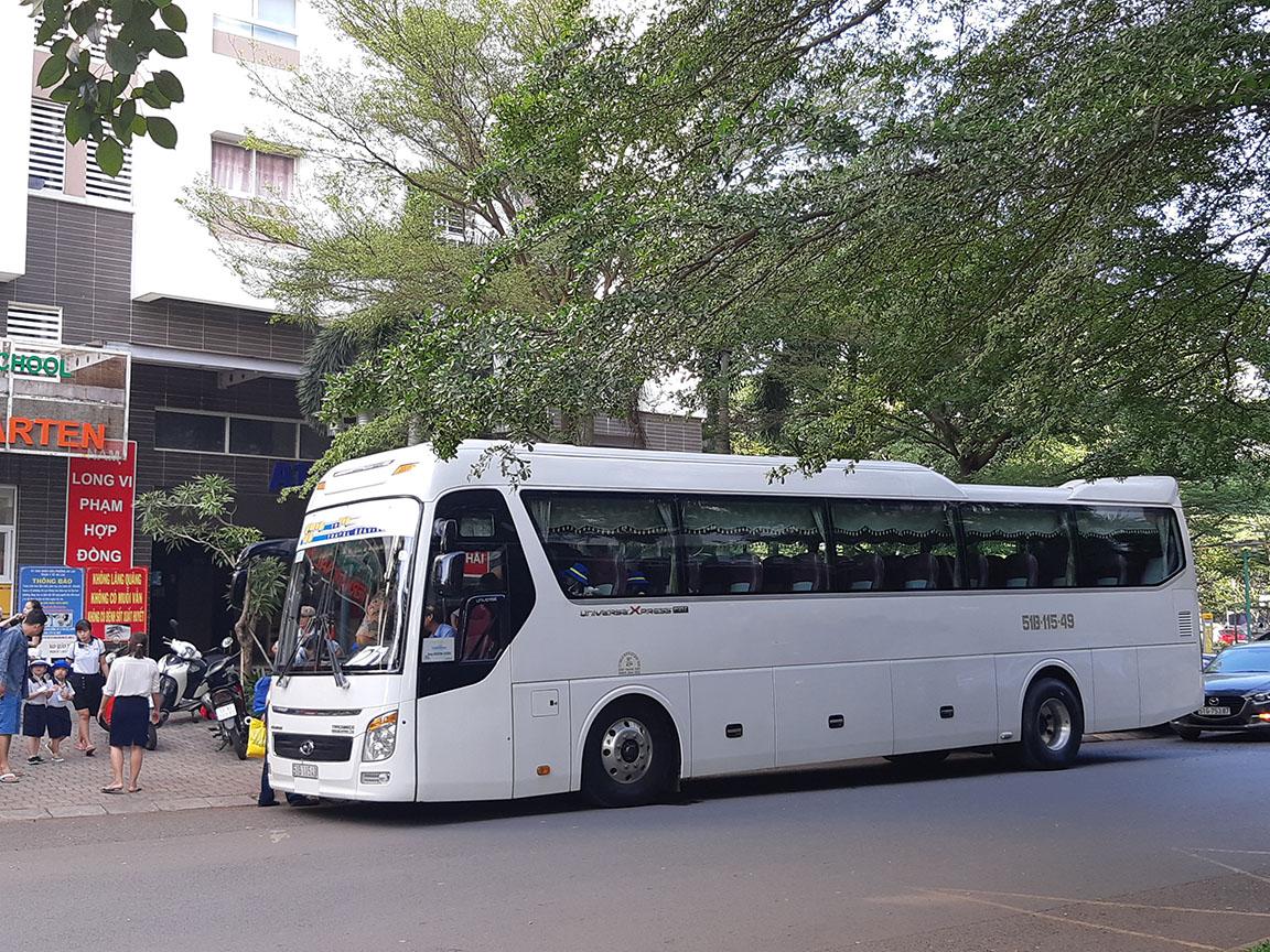 Hyundai Universe 45s đón khách tại Khu dân cư Ehome 3 Quận Bình Tân