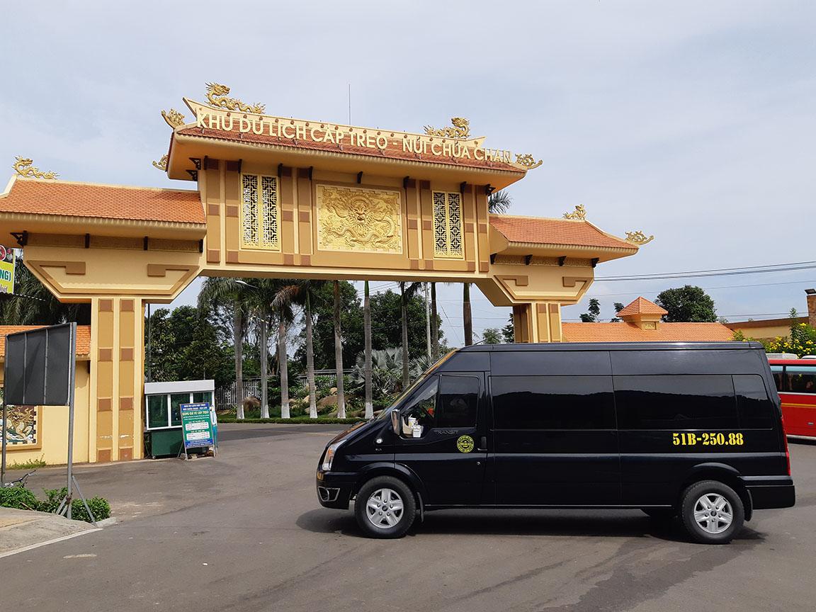 Xe Phi Loan 16 chỗ phục vụ khách hành hương tại núi Chứa Chan chùa Gia Lào