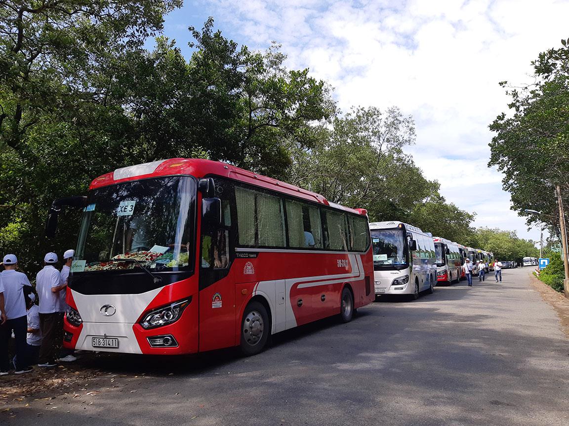 Xe 29 chỗ Thaco Town phục vụ khách tham quan đảo khỉ Cần Giờ