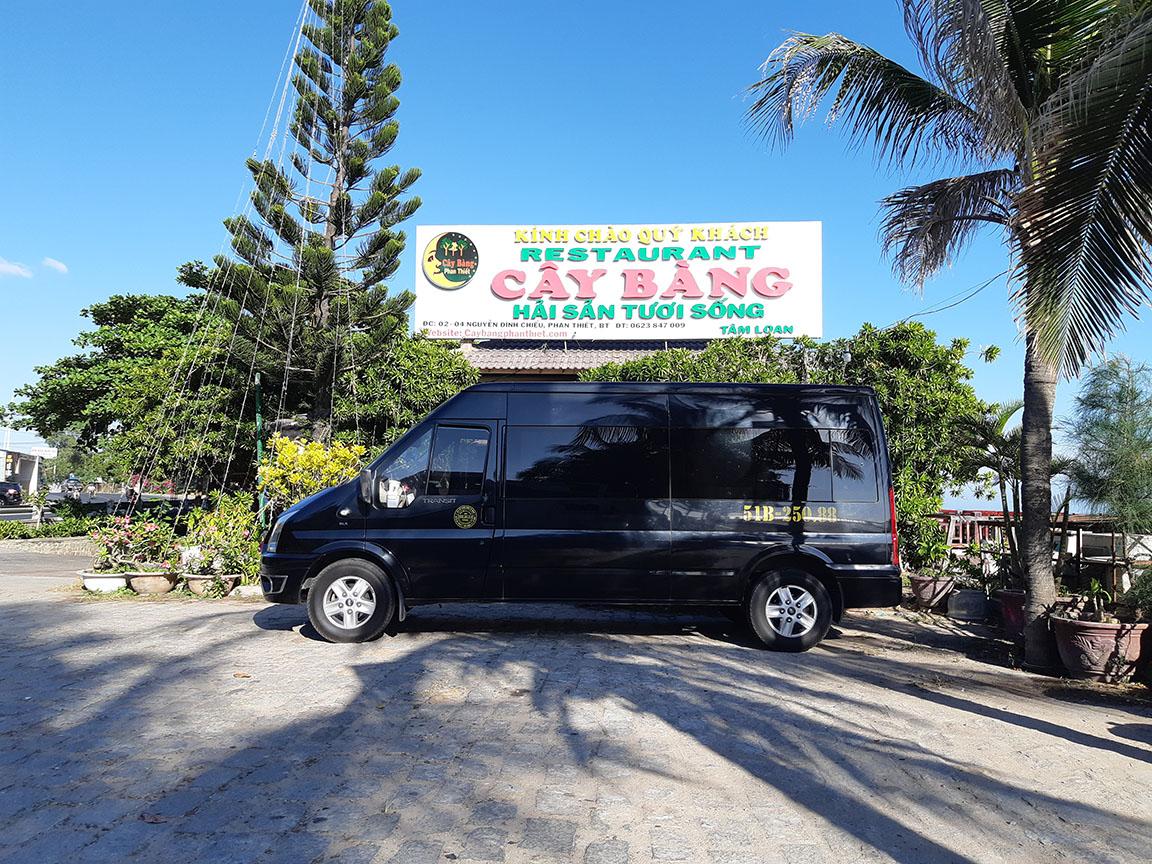 Phục vụ khách ăn trưa tại Nhà Hàng Cây Bàng Mũi Né