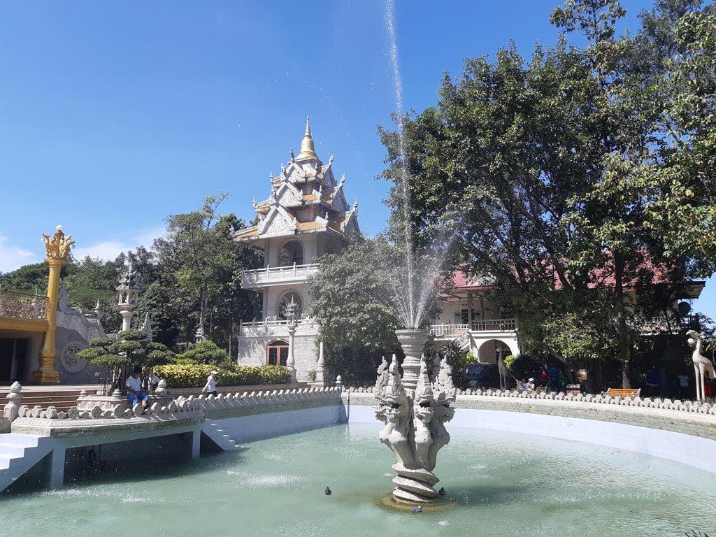 Khuôn viên chùa Bửu Long rộng lớn nhiều bóng mát