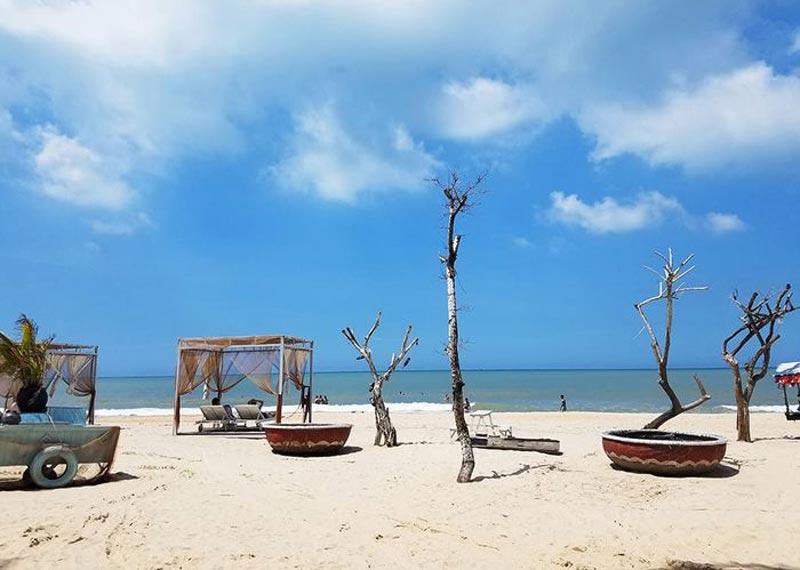 Bãi biển Cam Bình trong xanh