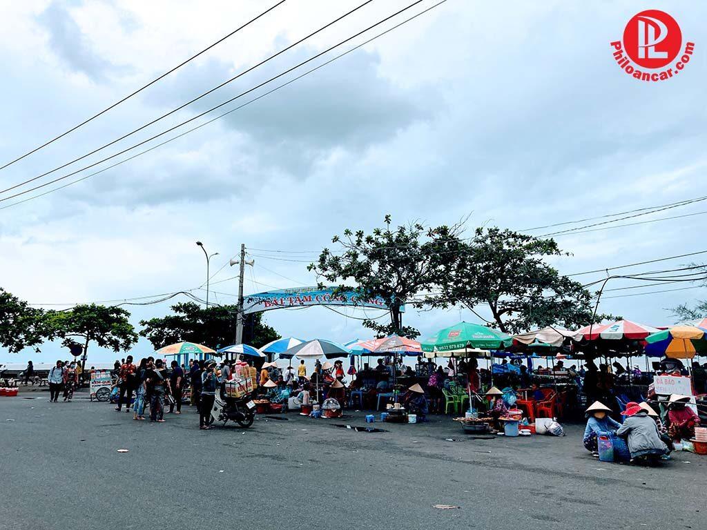Gánh hàng rong hải sản nướng ở khu vực bãi tắm Dinh Cô Long Hải