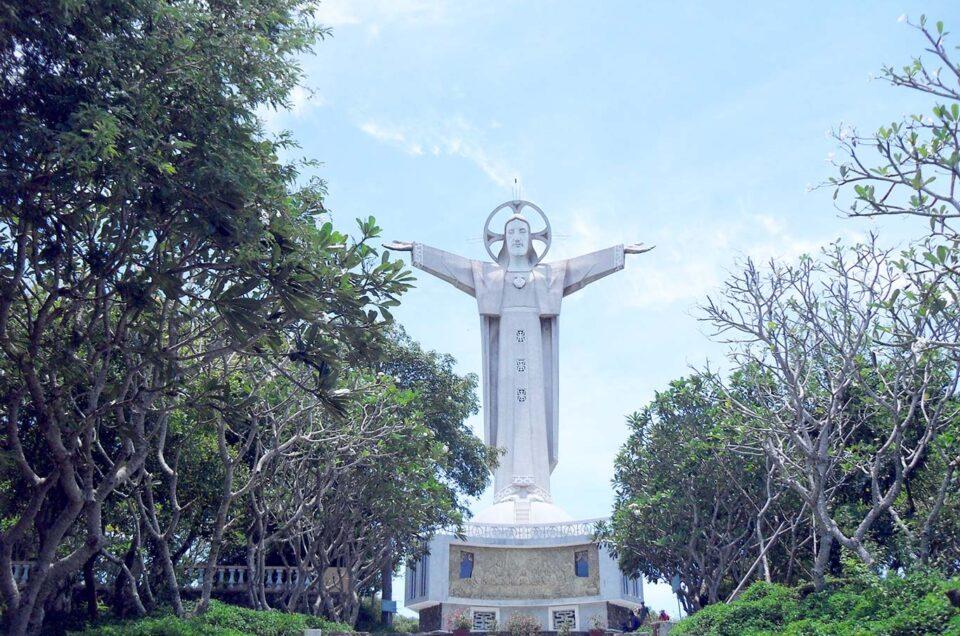 Tượng Chúa Kitô Vua trên đỉnh Núi Tao Phùng